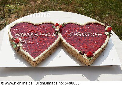 Hochzeitstorte in Form von zwei Herzen, mit Erdbeeren – Stock Fotografie – Bilda…