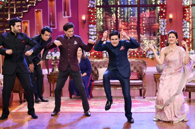 Crazy dance moves by Shah Rukh Khan, Deepika Padukone, Abhishek Bachchan and Vivaan Shah while Sonu Sood and Farah Khan look on Comedy Nights With Kapil while promoting Happy New Year. #Bollywood #Fashion #Style #Handsome #Beauty