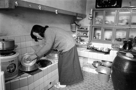 1972년 연탄을 사용하는 주방모습ㅡ72년도에 이정도 주방이면 당시엔 매우 신식이다 곤로의 모습도 보인다. 사진_조선일보DB
