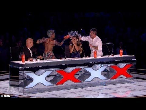 Mel B walks off AGT 2017 stage after Simon Cowell  a crude joke at her expense - VER VÍDEO -> http://quehubocolombia.com/mel-b-walks-off-agt-2017-stage-after-simon-cowell-a-crude-joke-at-her-expense   	 Mel B threw a cup of water on Simon Cowell during America's Got Talent on Tuesday and walked off the stage after he cracked a crude joke at her expense. Simon, 57, after a disappointing magic act likened the routine to Mel's wedding night with 'not much pro