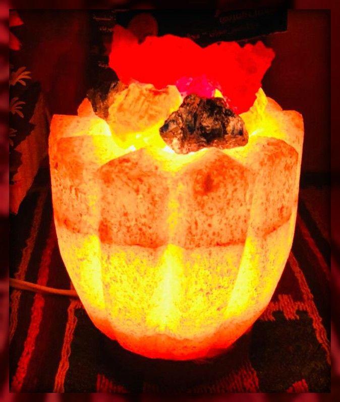 اباجورة زهرة كريستال الملح الملون هاند ميد من سيوة تعمل مصابيح الملح على تنقية الهواء فهي تجذب جزيئات الماء من البيئة المحيطة ثم تمتص هذه الجزيئات وأي جزيئات