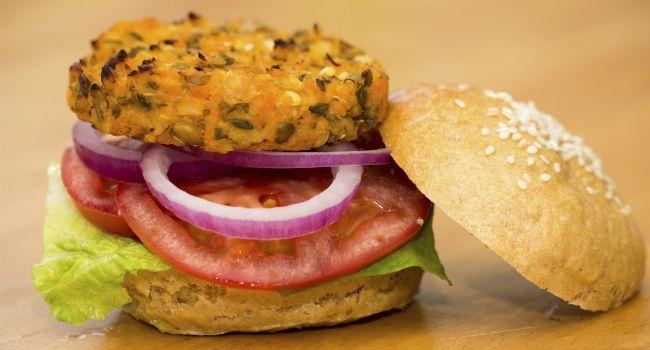 Já pensou em trocar a carne vermelha por algo mais saudável no hambúrguer? As receitas veganas de Yasmim Brunet estão fazendo sucesso entre seus seguidores do Instagram. O hambúrguer de lentilha é cheio de proteína e nutrientes, sendo uma ótima maneira de substituição: basta adicionar temperos à leguminosa e