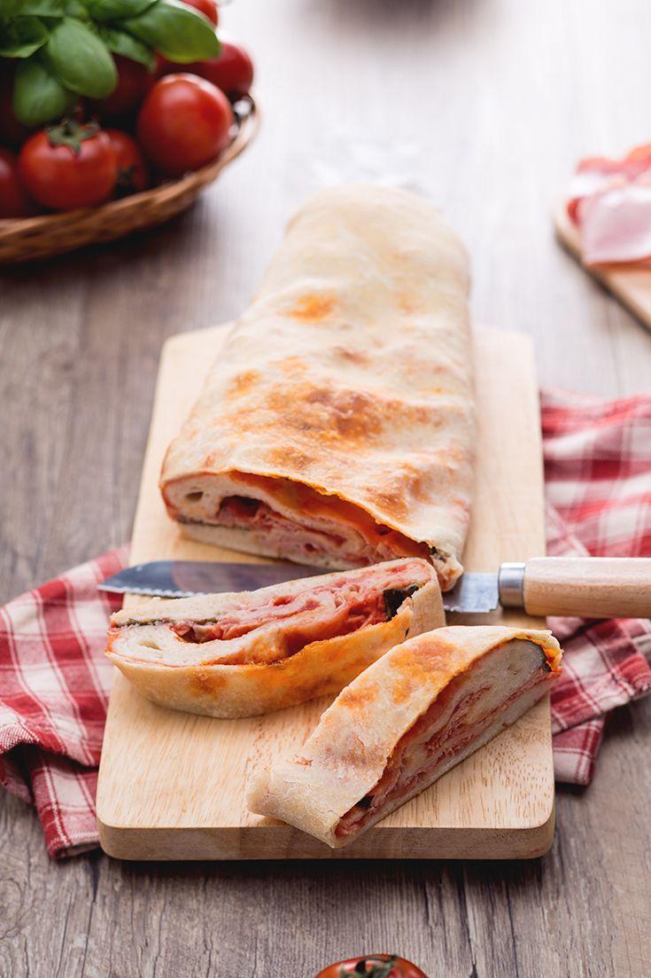 Una pizza non si rifiuta mai e questa può essere addentata come un panino! Il #rotolo di #pizza farcito (stuffed pizza #roll ) ricorda la celebre #stroboli, tipico #streetfood dell'Italia meridionale! #ricetta #Giallozafferano #recipe