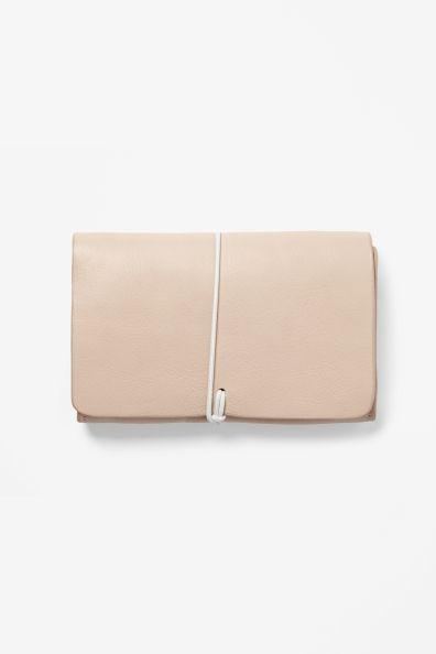 Leather purse, cos. Aino joko sulla on uusi??