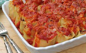 I nidi di pasta al forno sono un primo piatto bello da presentare e gustoso grazie all'abbinamento delicato del prosciutto con le melanzane.