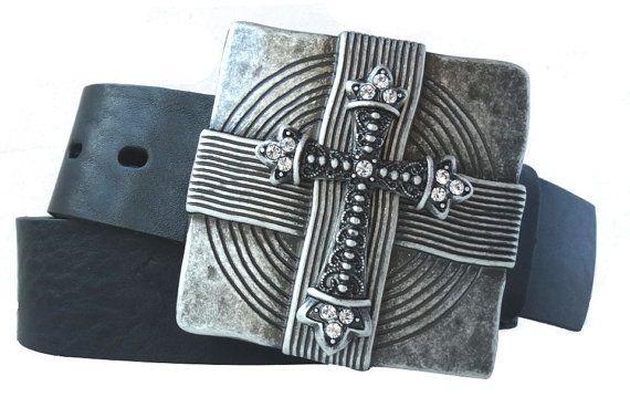 Gürtel mit Schließe im Kreuz-Design mit Kristallen.Gürtel kaufen kann so einfach sein. Bei uns finden Sie auch außergewöhnliche Motive und Formate. Die silberfarbene Schnalle mit Kristallen hat die Maße 7,5 x 7,5 cm, ist also genau richtig, wenn Ihr Outfit ein wenig auffälliger sein soll. Die Gürtelschnalle mit Kreuz wird alle begeistern, die Filme von Tim Burton und Gothic lieben. Passt perfekt zum schwarzen Gürtel aus Leder in Ihrer Bundlänge.