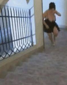 lustiges Bild 'Treppensteigen.gif'- Eine von 1702 Dateien in der Kategorie 'Fails + Hoppalas' auf FUNPOT. Ein Video mit Fails, Hoppalas, Pleiten, Pech und Pannen.