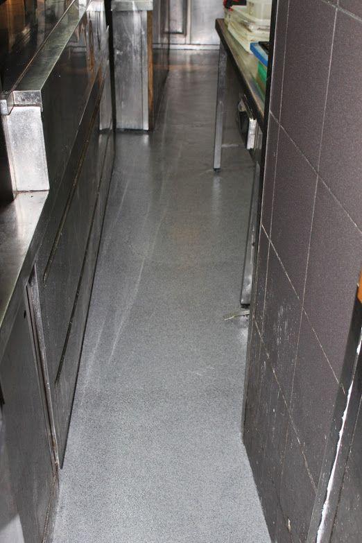 Aplicación capa de fondo, sellado y abrillantado del pavimento poliurea 4
