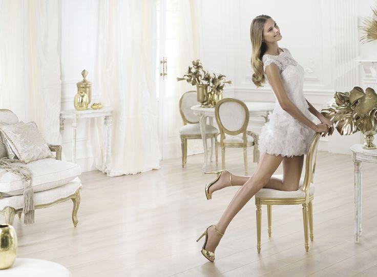 Wer seine Beine voll in Szene setzen möchte, dürfte mit dem Brautkleid Lagatte von Pronovias richtig liegen.