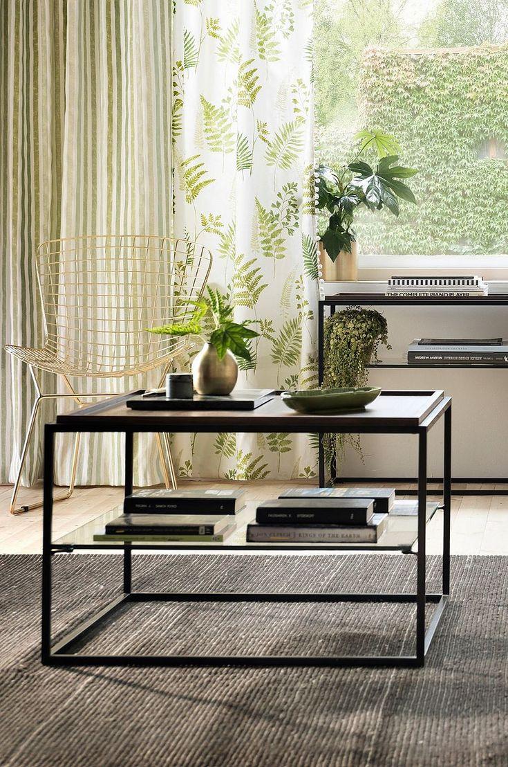 Modernt soffbord i mörk mdf-faner med upphöjd kant som fångar upp smulor och annat från att hamna på golvet. Diskret förvaringshylla i glas där du kan lägga saker som du inte vill ha framme. Material: Mdf, glas och metall. Storlek: Höjd 45 cm, bordsskiva 70x70 cm. Beskrivning: Fyrkantigt soffbord med fanerad mdf-skiva och hylla av klarglas. Skötselråd: Torkas med fuktig trasa. Tips/råd: Kan du inte få nog av stilen? Vi har även SVEG sidobord och LUDVIKA sidobord i samma stil.