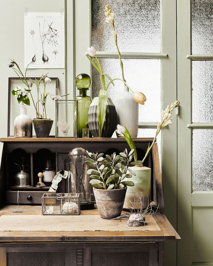 Botanical corner with plants and flowers, a wooden secretaire / wooden desk, green bottle and vases | Styling Fietje Bruijn, Marianne Luning, Frans Uyterlinde | vtwonen june 2015 | #vtwonenshop