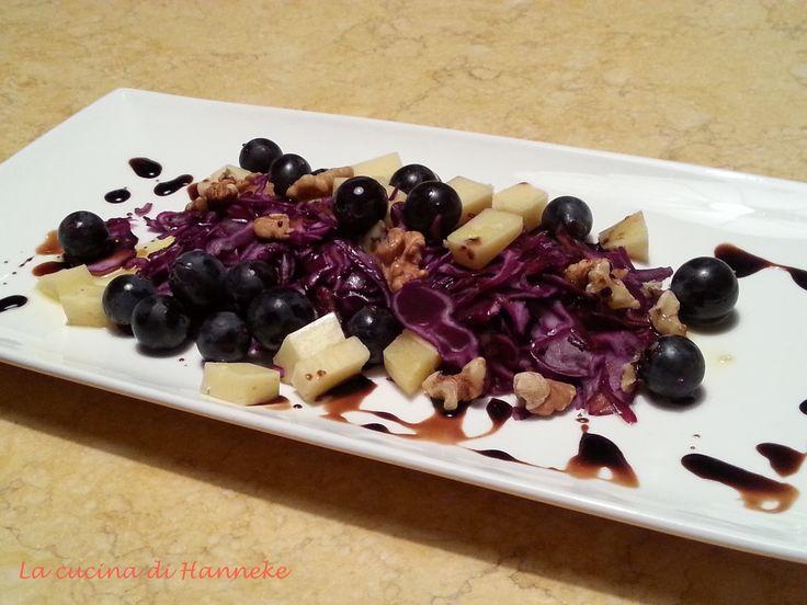Insalatina di cavolo rosso, uva fragola, noci e bitto