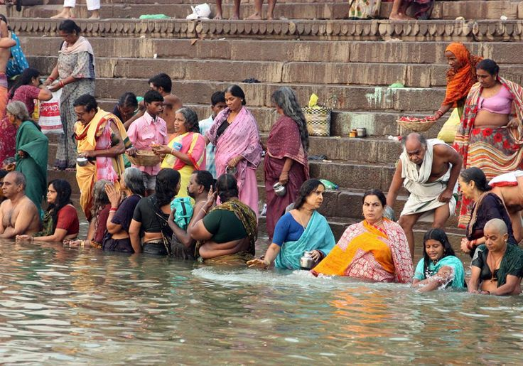 Den hellige flod Ganges i Indien er helt fantastisk, og byen Varanasi er travl og farverig.