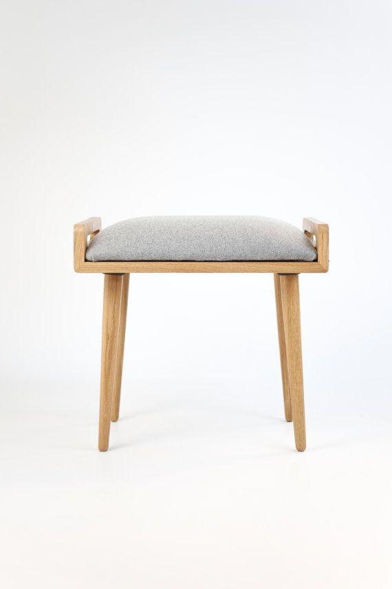 Sgabello / ottomano / panca fatta di tavolo in rovere massello, gambe in rovere, rivestito in lana grigio freddo