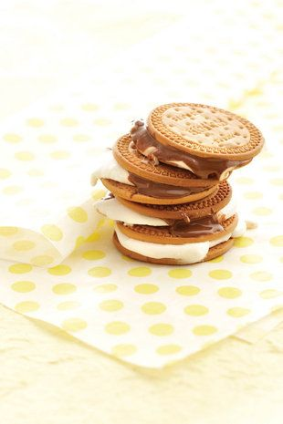 S'mores - malvalekkers-en-sjokolade-koekies | SARIE | S'mores - marshmallows and chocolate cookies