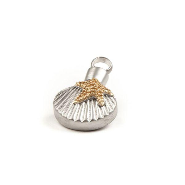 assieraad schelp met zeester. Asbedel, ashanger rvs schelp mat met goudkleurige zeester, waarin een gedeelte as, haarlok of grond in bewaard kan worden.
