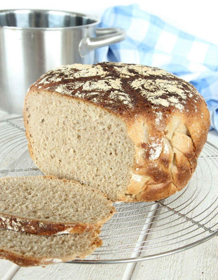 Det är både praktiskt och otroligt gott med kalljäst bröd. Degen slänger man snabbt ihop på kvällen och så får den jäsa i en kastrull över natten. Recept steg-för-steg i bloggen!