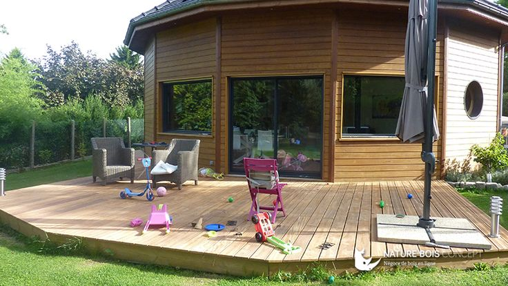 Belle association dune terrasse bois exotique avec une maison bois
