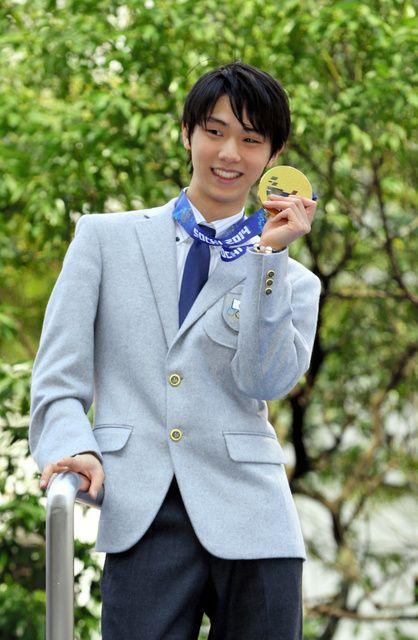 パレードでメダルを掲げる羽生結弦選手=26日午後、仙台市青葉区、川村直子撮影