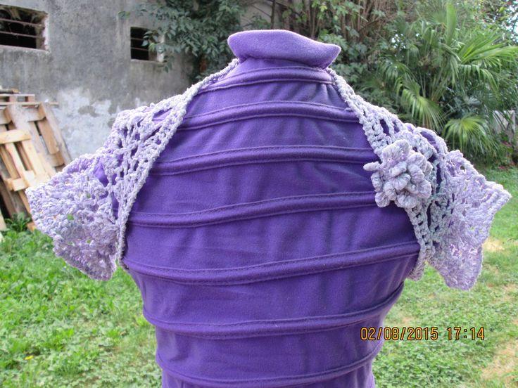 Coprispalle viola con rosa fatto all'uncinetto