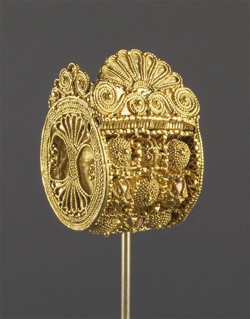 Boucle d'oreille étrusque en forme de barillet, VIe s av. J.C. | Musée du Louvre.  Etruscan, Late Archaic or Classical Period early 5th century BC