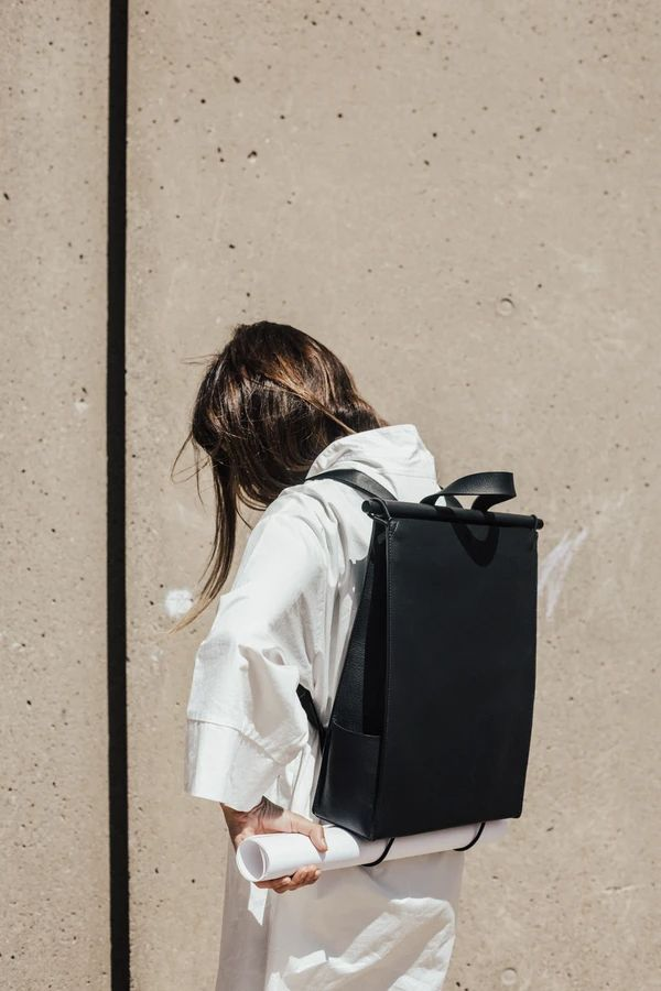 Sac à Dos – The Atelier YUL What's In My Backpack, Backpack Outfit, Laptop Backpack, Laptop Bags, Black Backpack, Minimalist Bag, Designer Backpacks, Branded Bags, Mode Inspiration