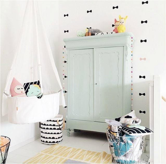 Chambre bébé toute douce, pastel | White nursery with pastel touches and black accents.