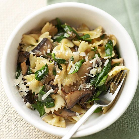 Farfalle with Mushrooms & Spinach  ounces dried farfalle (bow-tie pasta)   2 tablespoon olive oil   2 medium onion, chopped   2 cup sliced portobello or other fresh mushrooms   4 cloves garlic, minced   8 cups thinly sliced fresh spinach   2 teaspoon snipped fresh thyme   1/8   teaspoon pepper   4 tablespoons shredded Parmesan cheese