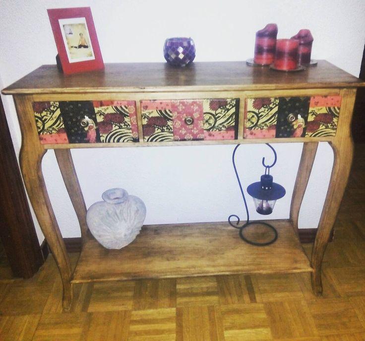 Nosotros vendemos el mueble en crudo y artistas como nuestro colaborador de #Madrid le dan el acabado final a Entrada con Balda #hogar #decoración #muebles #pintadoamano