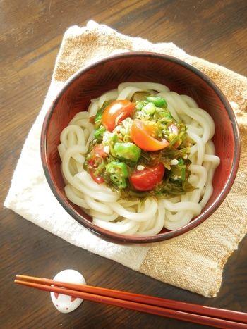 たくさんストックしておきたい夏の冷たい麺レシピ。夏野菜のオクラとトマトにネバネバのメカブで、のどごしも良く、ツルッとさっぱりいただけます。