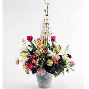 Centro de flores pequeño y dulce, con anemonas, francesillas, tulipanes, ramas y forsitia | Bourguignon Floristas
