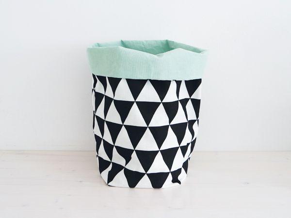 Hippe opbergzak met triangle-patroon in zwart-wit en mint. Een trendy opberger voor al je rommeltjes, maar ook heel leuk om een plantenpot.