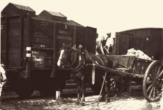 Töpfermeister Karl Rennertz (1893 bis 1970) zusammen mit einem Helfer beim Umladen der Tonschollen auf ein Pferdegespann Aufnahme aus dem Jahr 1942.
