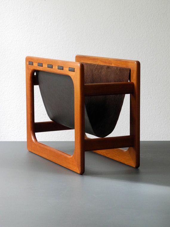 Wunderschöner 60er Jahre Teak Zeitungsständer mit braunem Echtledereinhang. Made in Denmark.
