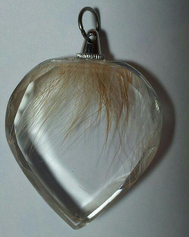 Kristallen hanger met haar erin verwerkt, made by www.mooie-herinneringen.nl