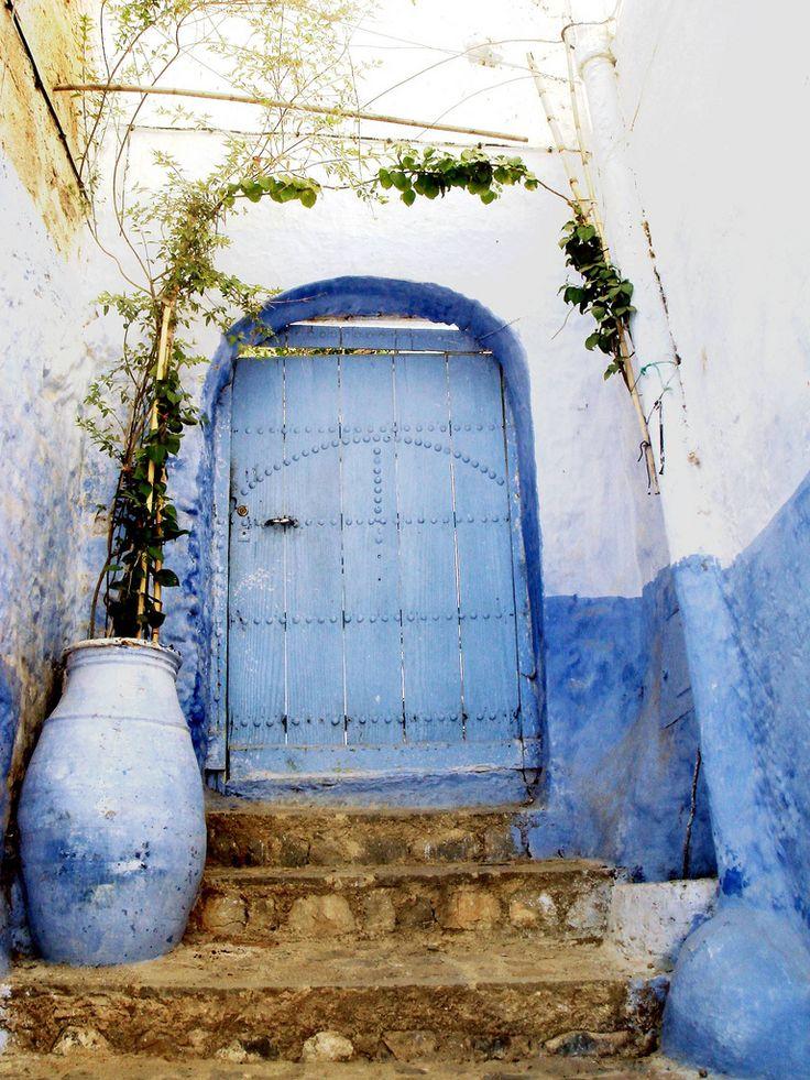Color de pintura para ropero inspirado en puerta marroqui. Colocar detalles en metal plateado rústico.