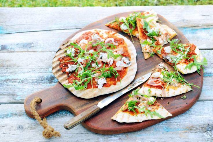 Kijk wat een lekker recept ik heb gevonden op Allerhande! Gegrilde pizza met rauwe ham en truffelmascarpone