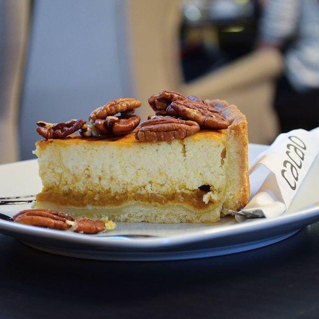 caramel pecan cheesecake at #cacaopraha #cheesecake #caramelpecancheesecake
