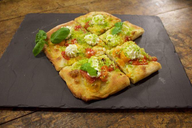 Pizzariumin omistaja ja Pizze-kirjan toinen kirjoittaja Luca Platania valmistaa hauskan levypizzan soppakokki Riikan vieraana Soppa365-tv-ohjelmassa.