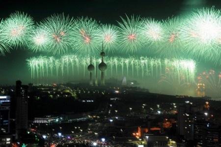 Как должен выглядеть настоящий фейерверк? Спросите у жителей Кувейта! 10 ноября 2012 года для того, чтобы отметить 50-летний юбилей с того дня, как покойный эмир Кувейта Абдулла аль-Салем аль-Сабах объявил, что Кувейт становится первым арабским государством в Персидском заливе с Конституцией и Парламентом, было организованно грандиозное шоу фейерверков.