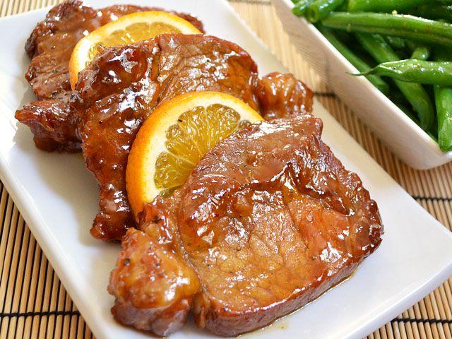 Μαριναρισμένα χοιρινά μπριζολάκια γλασαρισμένα με μέλι και μουστάρδα.Ένα απολαυστικό και απλό πιάτο, με μια τετράδα υλικών χοιρινό, μουστάρδα, μέλι και πο