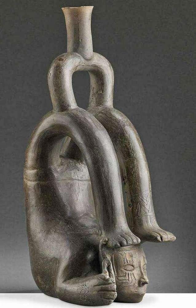 Contortionist, Classic Cupisnique Style, Hand-modeled with incised decoration / artifact Peru Arte Tribal, Tribal Art, Ceramic Animals, Ceramic Art, Peruvian Art, Hispanic Culture, Mexico Art, Art Premier, Old Art