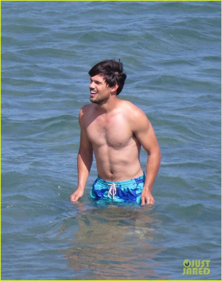 Quem tava com saudades de ver o Tay sem camisa aí? O ator foi flagrado gravando cenas de seu novo filme, Run the Tide, ontem, em Los Angeles. Tay fez acrobacias na praia e se jogou no mar. Vejam que belezinha: