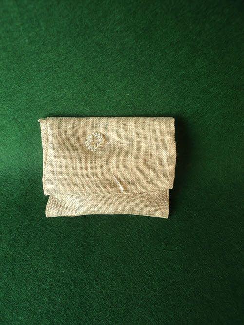 Μπομπονιέρα γάμου φάκελος καμβάς με διακοσμητική καρφίτσα στεφανάκι