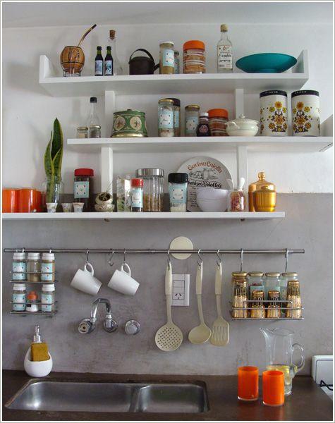 Prateleiras e ganchos na cozinha.
