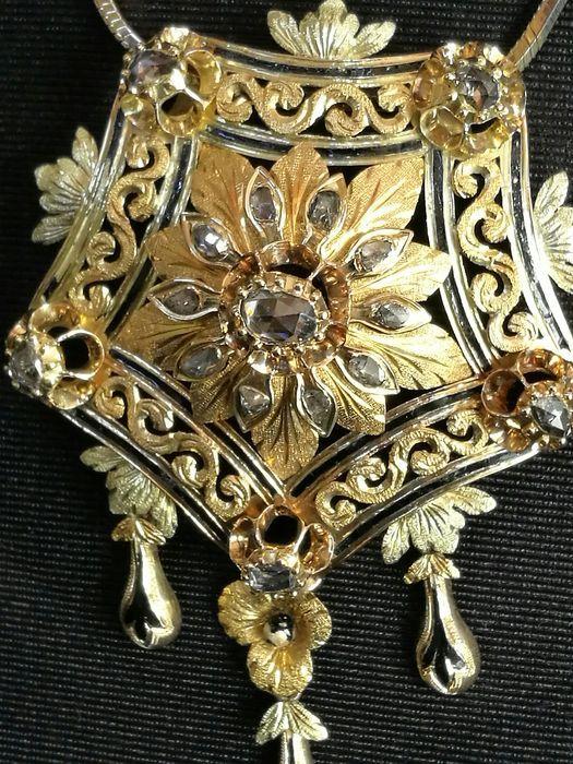Prachtige ketting gemaakt van een Elizabethaanse broche (19e eeuw) met antieke-cut diamant reliëf ontwerp en Pools. Lage minimumverkoopprijs.  Exclusieve ketting gemaakt met een Elizabethaanse broche uit de 19e eeuw met een mooie centrale antieke-cut faceted diamant in gladde grijze kleur van 0.7 ct en duidelijkheid P1 gemeenschappelijke uit die periode. 18-19 kt gouden stuk. Dit is een museumstuk voor zijn hoge kwaliteit afwerking en zijn exclusiviteit. Deze soorten gouden artikelen waren…