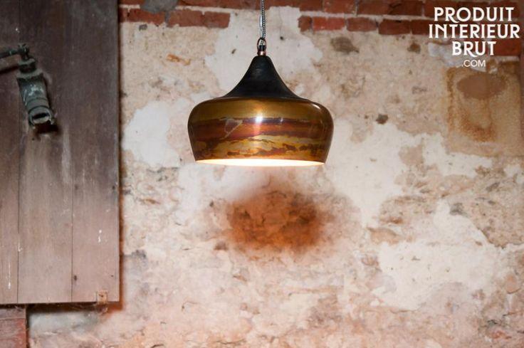 Lampadario Skaal. Realizzato in metallo, il lampadario Skaal combina i colori ottone e bronzo, creando un  particolare effetto variegato. La parte superiore del paralume è un po più a punta e realizzata in scuro legno di mango.