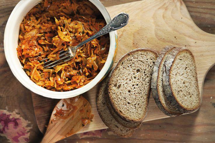 Pilze fein hacken. Speck würfeln und Krakauer in Scheiben schneiden. Zwiebel schälen und würfeln. Weißkohl putzen und in Streifen schneiden. Alle Zutaten i …