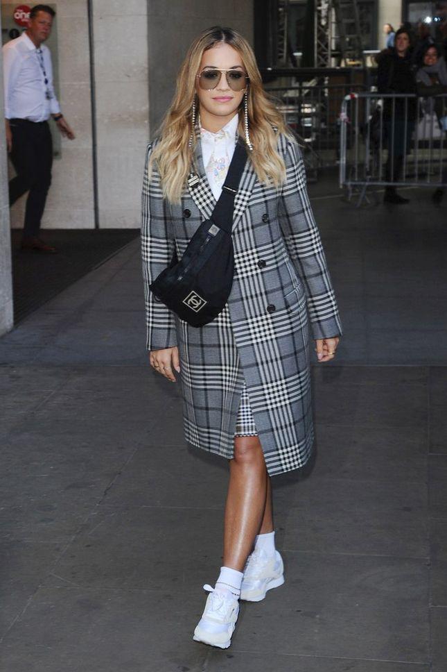 Рита Ора с сумкой Chanel и в кроссовках Reebok в Лондоне - мода, красота, украшения, новости, тренды, коллекции брендов одежды, обуви и аксессуаров: все новинки в онлайн-версии журнала Vogue.