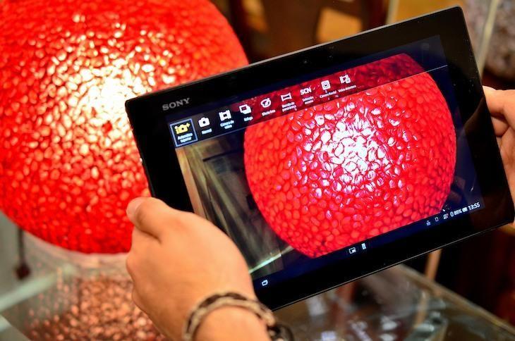 El Sony Xperia Tablet Z es una de las tablets más completas del mercado y una de las más atractivas estéticamente. Entre las características del Sony Xperia Tablet Z está la de ser resistente al agua, pudiendo sumergirse hasta a un metro de prof
